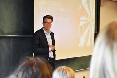 Carsten Döring beschäftigte sich in seinem Gastvortrag an der CAU mit der Digitalisierung in der Wirtschaftsprüfung und Steuerberatung.